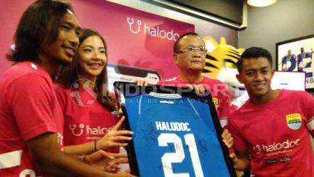 Manajemen Persib memperkenalkan Halodoc sebagai sponsor ke-16 Persib di 1933 Dapur & Kopi, Jalan Sulanjana, Kota Bandung, Kamis (02-05-2019).jpg - INDOSPORT