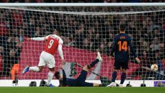 Indosport - Alexandre Lacazette Mencetak dua gol melawan Valencia