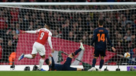 Alexandre Lacazette Mencetak dua gol melawan Valencia - INDOSPORT