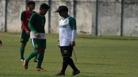 Djadjang Nurdjaman memimpin latihan di Lapangan Jenggolo, Sidoarjo. Sabtu (27/4/19). Fitra Herdian/INDOSPORT. - INDOSPORT