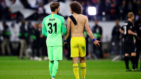 Kiper Frankfurt, Kevin Trapp sedang berbincang dengan bek Chelsea, David Luiz usai laga, Jumat (03/05/19), Chris Brunskill/Fantasista/Getty Images - INDOSPORT