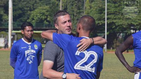 Miljan Radovic melakukan perpisahan dengan para pemain Persib Bandung. - INDOSPORT