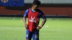 Indosport - Salah satu penggawa klub Liga 1 PSIS Semarang beribadah melalui YouTube di tengah wabah virus Corona.