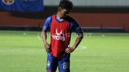 Salah satu penggawa klub Liga 1 PSIS Semarang beribadah melalui YouTube di tengah wabah virus Corona. - INDOSPORT
