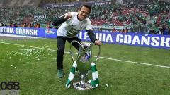 Indosport - Pemain Lechia Gdansk Egy Maulana Vikri merayakan gelar juara Piala Polandia 2019