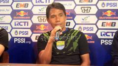 Indosport - Asisten pelatih Persib Bandung, Budiman saat konferensi pers di Graha Persib, Jalan Sulanjana, Kota Bandung, Jumat (03/05/2019). Foto: Arif Rahman/INDOSPORT
