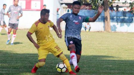 Duel pemain Sriwijaya FC dan pemain Persis Sola dalam uji coba. Foto: Ronald Seger Prabowo/INDOSPORT - INDOSPORT