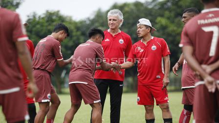 Dua pemain Persija U-20 bersalaman dengan pelatih sebelum melakukan latihan jelang leg kedua babak 8 besar Piala Indonesia lawan Bali United di Lapangan PS AU TNI Halim Perdanakusuma, Jakarta Timur, Jumat (03/05/19). Foto: Herry Ibrahim/INDOSPORT
