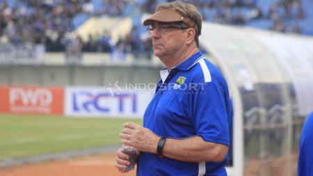 Pelatih Persib Bandung, Robert Rene Alberts di Stadion Si Jalak Harupat, Kabupaten Bandung, Sabtu (04/05/2019). Foto: Arif Rahman/INDOSPORT - INDOSPORT