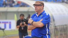 Indosport - Pelatih Persib Bandung, Robert Rene Alberts di Stadion Si Jalak Harupat, Kabupaten Bandung, Sabtu (4/5/19). Foto: Arif Rahman/INDOSPORT