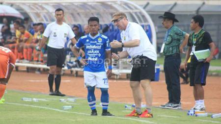 Pelatih Persib Bandung, Robert Rene Alberts saat memberikan arahan pada pemain Persib di Stadion Si Jalak Harupat, Kabupaten Bandung, Sabtu (04-05-2019). Foto: Arif Rahman/INDOSPORT - INDOSPORT