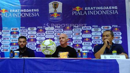 Pelatih Borneo FC, Mario Gomez (tengah) ditemani pemainnya Diego Michiels (kiri) seusai pertandingan menghadapi Persib Bandung di Stadion Si Jalak Harupat, Kabupaten Bandung, Sabtu (04/05/2019). Foto: Arif Rahman/INDOSPORT - INDOSPORT