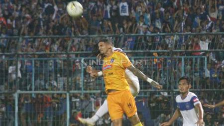 Duel pemain Arema FC vs PSIS Semarang, Sabtu (04/05/2019). Foto: Ronald Seger Prabowo/INDOSPORT - INDOSPORT