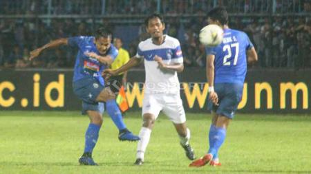 Tendangan pemain Arema FC pada laga Arema FC vs PSIS Semarang, Sabtu (04/05/2019). Foto: Ronald Seger Prabowo/INDOSPORT - INDOSPORT