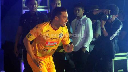 Pemain Arema FC, Hamka Hamzah menjajal posisi sebagai kiper dalam sesi latihan Skuat Singo Edan. - INDOSPORT