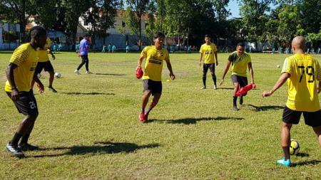 Esaiah Pello Benson (kiri) menjalani trial bersama Sriwijaya FC. - INDOSPORT
