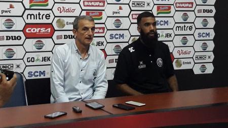 Milomir Seslija (kiri) berharap tidak ada lagi pertandingan yang dihentikan di Liga 1 2019. - INDOSPORT