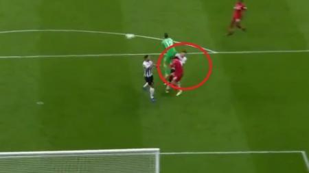 Insiden cedera kepala Mohamed Salah di laga Newcastle vs Liverpool, Minggu (05/05/19) dini hari WIB. - INDOSPORT