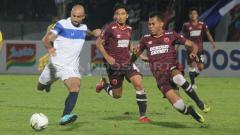 Indosport - Claudir Marini saat melawan PSM Makassar di laga Piala Presiden.