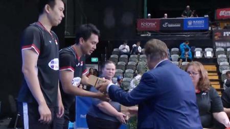 Mohammad Ahsan/Hendra Setiawan menerima penghargaan sebagai juara di ajang All England Open 2019. - INDOSPORT