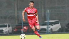 Indosport - Sackie Teah Doe tengah membawa bola dalam laga uji coba melawan Persewar.