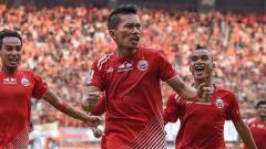 Indosport - Selebrasi Ismed Sofyan saat mencetak gol.