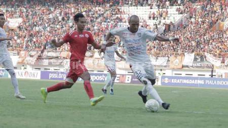Novri Setiawan (kiri) hanyalah nama terbaru yang diusir wasit dalam derby klasik Persija Jakarta vs Persib Bandung. Abdul Aziz/INDOSPORT. - INDOSPORT