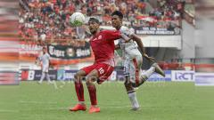 Indosport - Perebutan bola antara Bruno Matos dengan Made Andhika