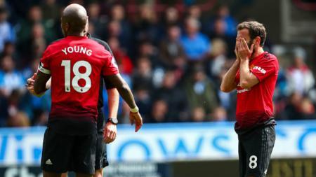 Para pemain Manchester United terlihat frustasi dengan hasil pertandingan Liga Primer Inggris menghadapi Huddersfield, Minggu (05/05/19). (Foto: Robbie Jay Barratt - AMA/Getty Images) - INDOSPORT