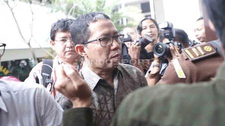 Joko Driyono (kiri) tiba di Pengadilan Negeri Jakarta Selatan untuk mengikuti sidang perdana kasus Pengerusakan Barang Bukti Pengaturan Skor, Senin (06/05/19). Foto: Herry Ibrahim/INDOSPORT - INDOSPORT