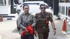 Indosport - Joko Driyono (kiri) tiba di Pengadilan Negeri Jakarta Selatan untuk mengikuti sidang perdana kasus Pengrusakan Barang Bukti Pengaturan Skor, Senin (06/05/19). Foto: Herry Ibrahim/INDOSPORT