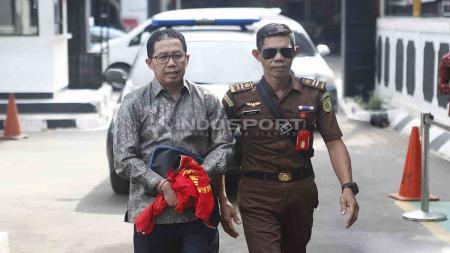 Joko Driyono (kiri) dijatuhi vonis sementara berupa hukuman penjara selama 18 bulan oleh PN Jakarta Selatan. Foto: Herry Ibrahim/INDOSPORT - INDOSPORT