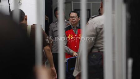 Joko Driyono menuju ruang sidang utama untuk mengikuti sidang kasus Pengerusakan Barang Bukti Pengaturan Skor setelah sempat menunggu di gedung sel Pengadilan Negeri Jakarta Selatan, Senin (06/05/19). Foto: Herry Ibrahim/INDOSPORT - INDOSPORT
