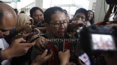 Indosport - Joko Driyono menuju ruang sidang utama untuk mengikuti sidang kasus Pengerusakan Barang Bukti Pengaturan Skor setelah sempat menunggu di gedung sel Pengadilan Negeri Jakarta Selatan, Senin (06/05/19). Foto: Herry Ibrahim/INDOSPORT
