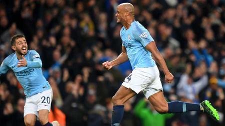Selebrasi dari Vincent Kompany (kanan) bersama rekannya, Bernardo Silva saat unggulkan Man City atas Leicester City. - INDOSPORT