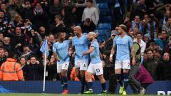 Indosport - Selebrasi para pemain Man City saat Vincent Kompany (tengah) berikan keunggulan atas Leicester City.