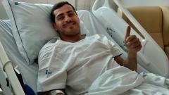 Indosport - Iker Casillas saat berada di rumah sakit.