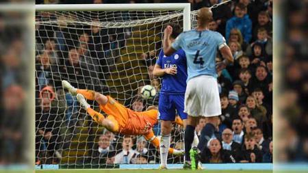 Tembakan pemain Manchester City, Vincent Kompany berikan keunggulan atas Leicester City pada pertandingan Liga Premier Inggris di Stadion Etihad di Manchester, Inggris (6/5/19). Foto: OLI SCARFF/AFP/Getty Images - INDOSPORT