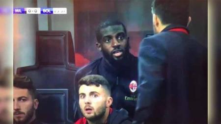 Tiemoue Bakayoko saat berdebat dengan pelatih AC Milan Gennaro Gattuso. Foto: Sky Sport Italia/metro.co.uk - INDOSPORT