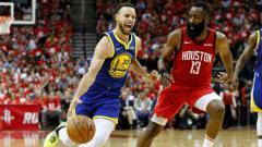 Indosport - Bintang Golden State Warriors, Stephen Curry mencoba melewati hadangan pemain Houstaon Rockets, James Harden.