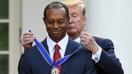 Presiden Donald Trump memberi penghargaan ke Tiger Woods. Foto: Clodagh Kilcoyne/Reuters. - INDOSPORT