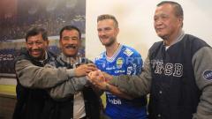 Indosport - Manajemen PT Persib Bandung Bermartabat (PBB) memperkenalkan Rene Mihelic sebagai pemain trail Persib di 1933 Dapur & Kopi, Jalan Sulanjana, Kota Bandung, Selasa (07/05/2019).
