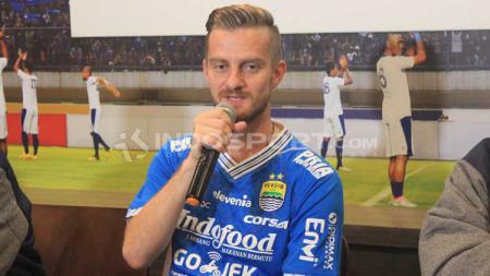 Manajemen PT Persib Bandung Bermartabat (PBB) memperkenalkan Rene Mihelic sebagai pemain Persib di 1933 Dapur & Kopi, Jalan Sulanjana, Kota Bandung, Selasa (07/05/2019). - INDOSPORT