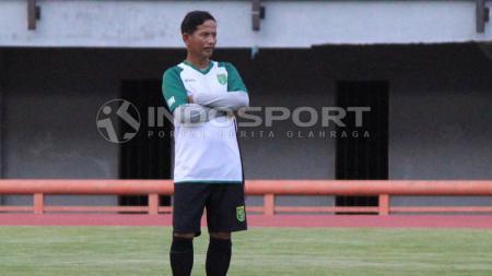 Djajang Nurdjaman memimpin latihan Persebaya di Stadion GBT. - INDOSPORT
