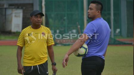 Pelatih Sriwijaya FC, Kas Hartadi (kiri) dan pelatih kiper, Ferry Rotinsulu. - INDOSPORT