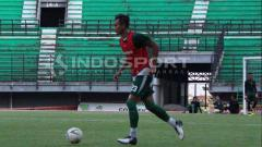 Indosport - Hansamu Yama ketika berlatih dengan Persebaya di Stadion GBT.