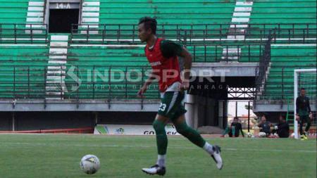 Hansamu Yama ketika berlatih dengan Persebaya di Stadion GBT. - INDOSPORT