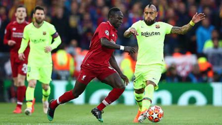 Duel pemain bintang Liverpool, Sadio Mane (kiri) dengan bintang Barcelona, Arturo Vidal.