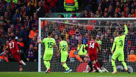 Striker Liverpool, Divock Origi (paling kiri) memberikan keunggulan untuk timnya atas Barcelona.
