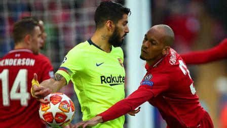 Aksi iseng dari striker Barcelona, Luis Suarez (tengah) terhadap bek Liverpool, Fabinho.